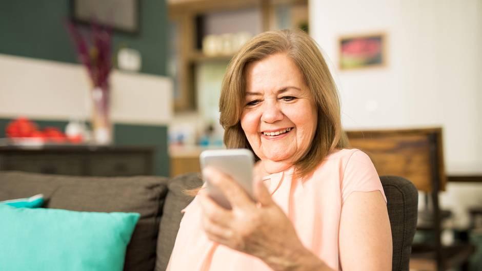 Ältere Frau am Handy