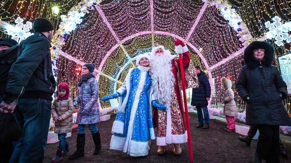 Schauspieler stellen die traditionellen Silvesterfiguren Väterchen Frost und Snegurotschka in der Innenstadt von Moskau dar