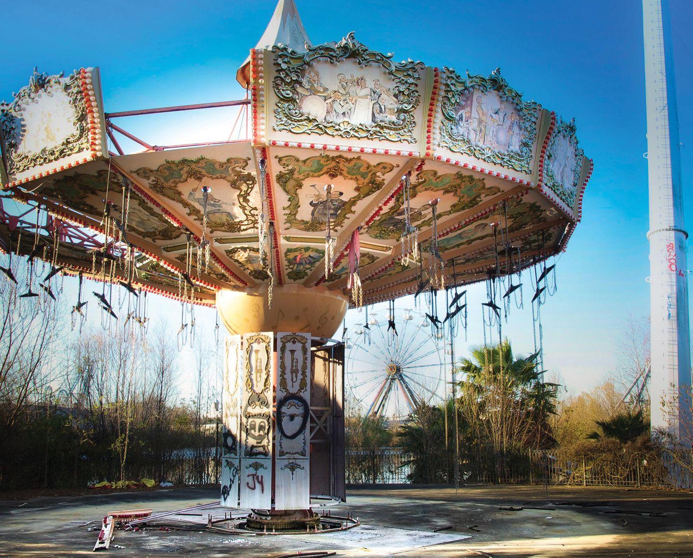 """Six Flags Amusement Park  Im August 2005hatte der Hurrikan """"Katrina"""" den erst wenige Jahre zuvor eröffneten Spaßpark im US-Bundesstaat Louisiana zerstört. Zehn Jahre später fotografierte Seph Lawless dieses Karussell."""
