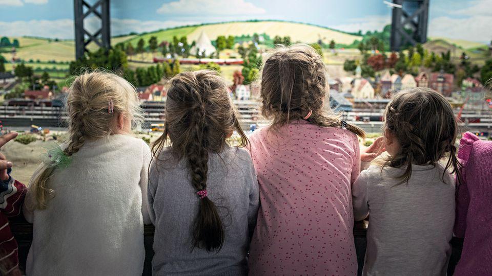 """Vier Mädchen begutachten die dänische Nordseeküste. Einmal im Jahr lädt das Wunderland alle Kindertagesstätten """"in Reichweite"""" ein. Betreuer und Kinder haben dann freien Eintritt"""