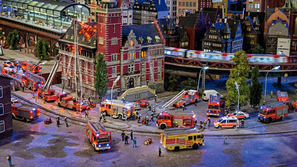 Großeinsatz: Das Finanzamt in Hamburg brennt