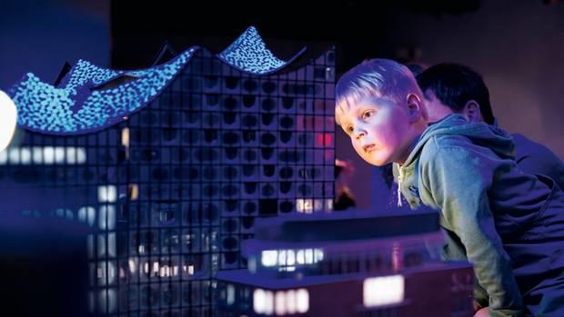 Ein junger Besucher beobachtet gespannt, wie sich die Elbphilharmonie öffnet
