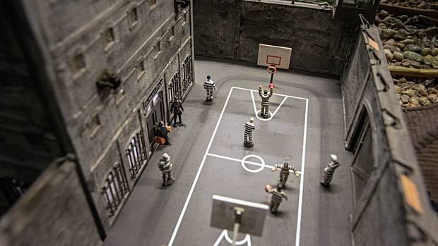 Nicht nur Zuckerbäcker: In Österreich kann man Insassen beim Basketball im Gefängnishof zusehen