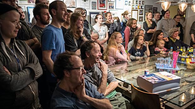 Im Konferenzraum: Mitarbeiter überraschen die Zwillinge zum 50. Geburtstag mit einem Film über die kleinen Macken ihrer Chefs. Es wird gelacht und angestoßen. Dann eilen alle zurück an die Arbeit. Es gibt immer etwas zu tun