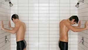 Zwei Jungs duschen mit Unterhose