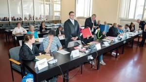 Die nach der Gruppenvergewaltigung Angeklagten zum Auftakt des ersten Prozesses im Hamburger Landgericht