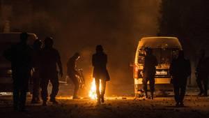 Polizei in Tunesien tritt von Protestanten gelegtes Feuer aus