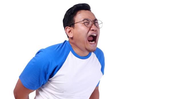 Mann hat Schmerzen – liegt es am Kaffee-Einlauf?