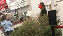 Frau versucht Weihnachtsbaum an der Kasse zurückzugeben