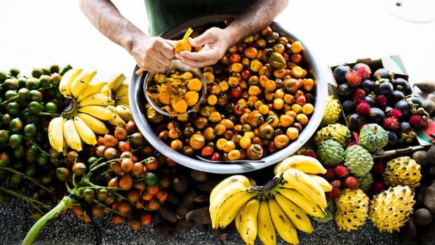 Keiner kann so schnell Pupunha (Früchte der Pfirsichpalme) schälen wie Thiago Castanho
