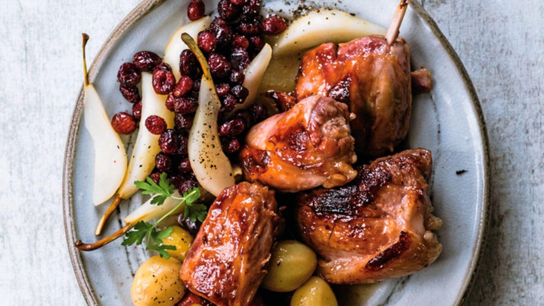 Eisbein sanft gesotten, seziert und kurz gegrillt – angerichtet mit Gemüsen und Früchten