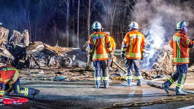 Trümmer nach einem schweren Autounfall auf der Autobahn 6