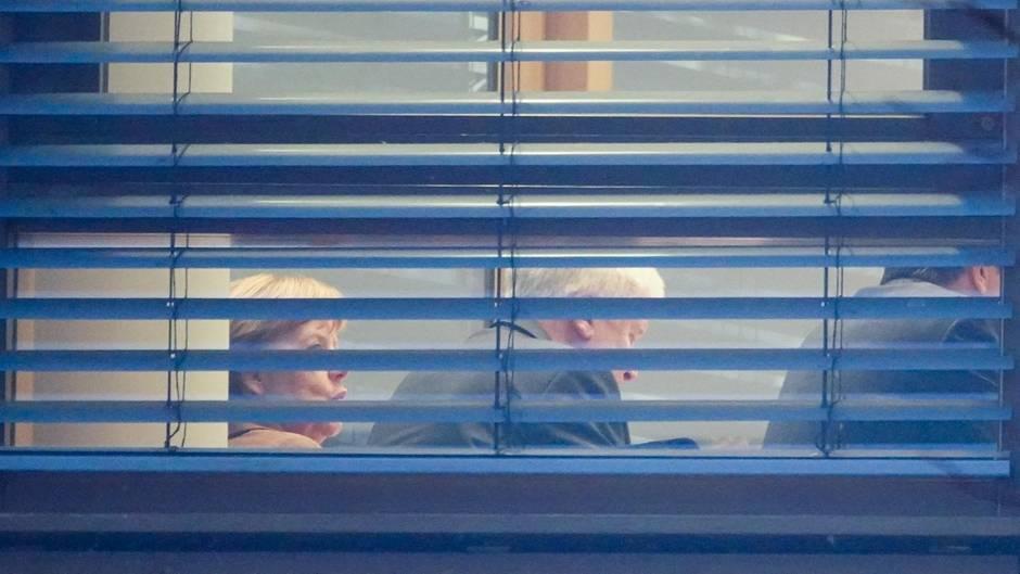 Bundeskanzlerin Angela Merkel (CDU) und Horst Seehofer (CSU) während der Sondierungsgespräche in Berlin
