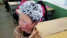 Der achtjährige Wang Fuman bei der Ankunft in der Schule