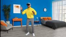 Mehr Freiheit in der Virtuellen Realität  Bisher musste man entweder eine teure VR-Brille am Computer betreiben oder sein Smartphone in eine Hülle stecken. Mit der Mirage Solo hat Lenovo nun das erste Modell vorgestellt, das ganz ohne Zusatzgeräte funktioniert. Das sorgt für mehr Bewegungsfreiheit, sogar Hüpfen und Ducken wird erkannt. Ob das Gerät der Technik den Durchbruch bringt, hängt sicher auch vom Preis ab. Den hat Lenovo aber noch für sich behalten.