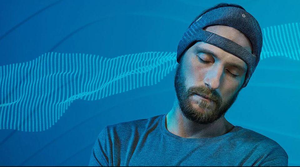Weißes Rauschen statt Schlafbrille  Mit der Schlafhilfe Smartsleep will Philips gegen das ewige Herumwälzen vor dem Einschlafen vorgehen. Der weiche Kopfaufsatz senkt mit weißem Rauschen den Lärmpegel und soll so beim Eintauchen in die Tiefschlafphase helfen. Wer will, kann die Schlafbrille noch oben drüber ziehen.