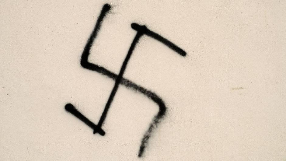 Ein an eine Hauswand gesprühtes Hakenkreuz. Dies ist auch in Chemnitz geschehen.