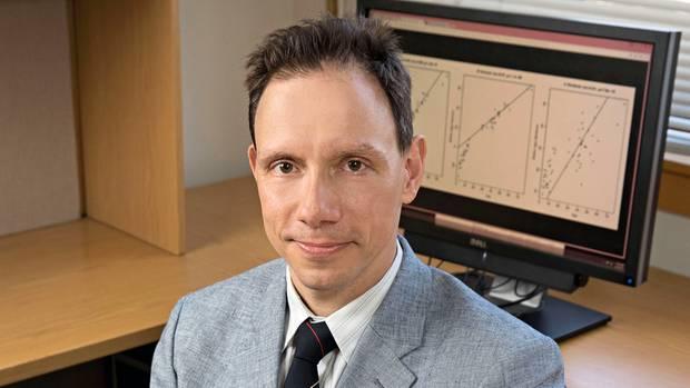 Steve Horvath ist Professor für Biostatistik und Humangenetik an der University of California. Er fand heraus, dass man an bestimmten Stellen der menschlichen DNA das Alter einer Person ablesen kann. Dafür braucht es nur eine Speichelprobe. Horvath ist überzeugt, dass seine Methode die Altersbestimmung von Flüchtlingen in Deutschland revolutionieren könnte