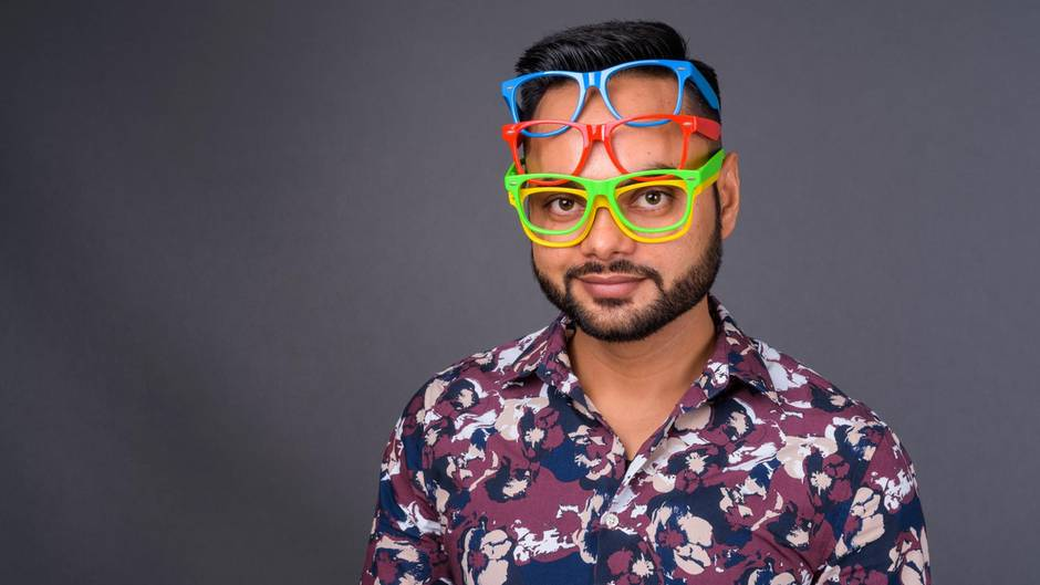 Mann mit vier Brillen