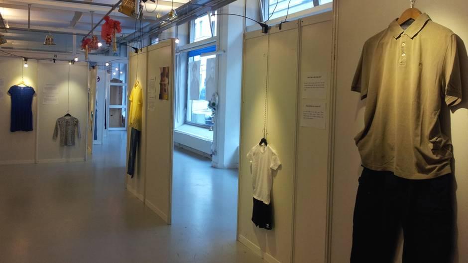 Polohemd, T-Shirt, Kleid: Die Exponate der Ausstellung in Molenbeek sind alltägliche Kleidungsstücke