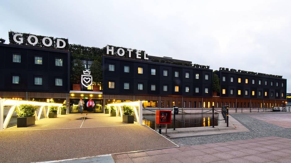 Ein riesiger schwarzer Schuhkarton hat am Ufer der Royal Victoria Docks festgemacht: das Good Hotel London.