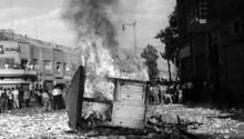 Chaos, angezettelt vom US-amerikanischen Geheimdienst CIA: 1953 brennt ein Kiosk in den Straßen Irans