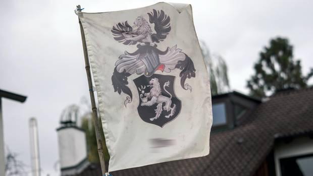 """Flagge auf dem Grundstück eines sogenannten """"Reichsbürgers"""" in Bayern: Die Zahl der Reichsbürger in Deutschland steigt"""