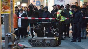 Ein Sprengstoffroboter steht vor einer Bankfiliale in Berlin-Steglitz