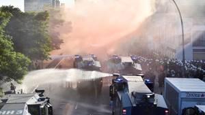 Ein Wasserwerfer-Einsatz der Polizei im Zuge einer Anti-G20-Demonstration in Hamburg