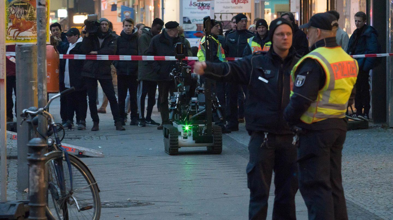 Ein Spezialroboter der Polizei wird nach dem Fund einer Paketbombe in Berlin eingesetzt
