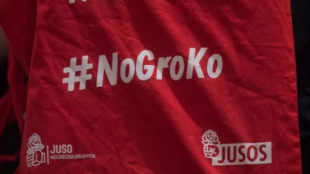"""In Sachen Merchandising macht den Jusos so schnell keiner etwas vor. AuchStoffbeutel mit der Aufschrift """"No Groko"""" sind auf dem Landesparteitag inSachsen-Anhalt im Umlauf."""