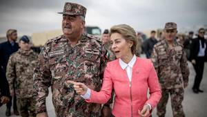 Bundesverteidigungsministerin Ursula von der Leyen (CDU) und der jordanische General Mahmoud Freihat
