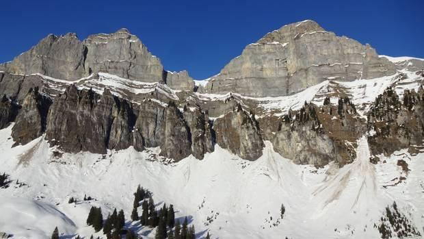 Das vonder KantonspolizeiSt. Gallen zur Verfügung gestellte Foto zeigt den Westhang des Hinterugg, wo ein deutscher und ein Schweizer Schneeschuhwanderer abgestürzt sind