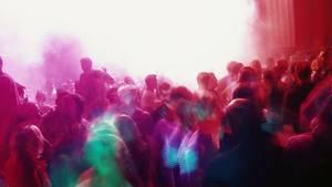 Garderobenchaos auf Mallorcaparty in Saarbrücken - Symbolbild: Menschen auf der Tanzfläche
