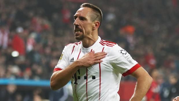 Franck Ribery klopft sich nach seinem Tor gegen Leverkusen stolz auf das Bayern-Wappen