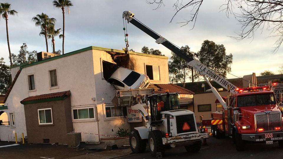 Auto fliegt in Obergeschoss eines Hauses