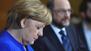 Die geschäftsführende Bundeskanzlerin Angela Merkel, im Hintergrund SPD-Chef Martin Schulz