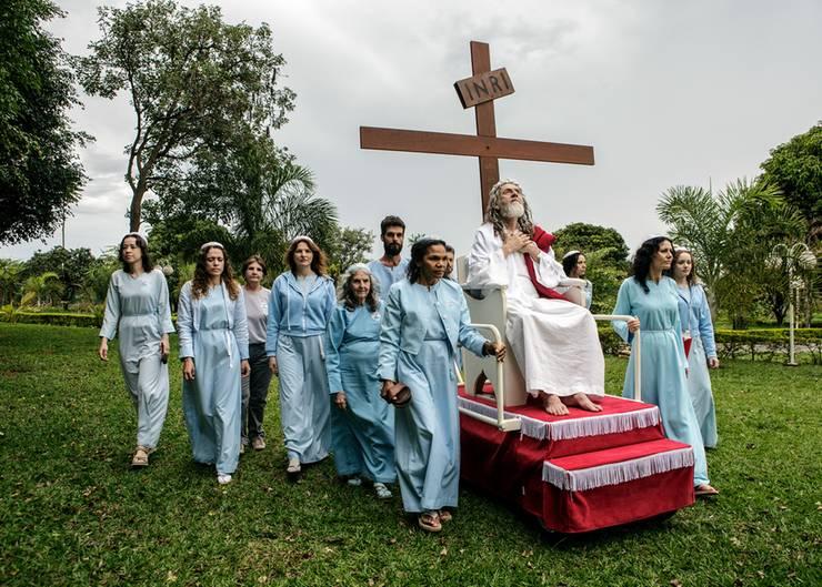 """Ein """"Jesus"""" in Brasilien lässt sich auf einem rollenden Podest durch die Gegend geleiten. Immer mit dabei: das Kreuz."""