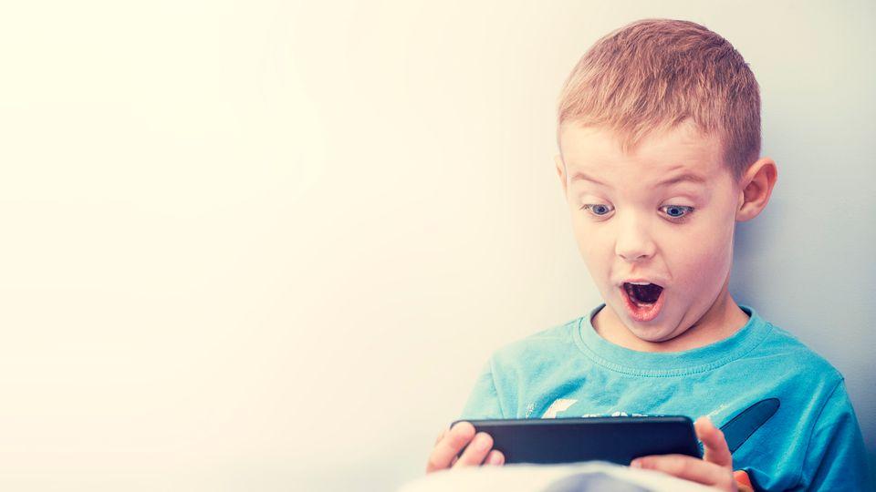 Kinder auf dem Smartphone spielen zu lassen, ist nicht ungefährlich.