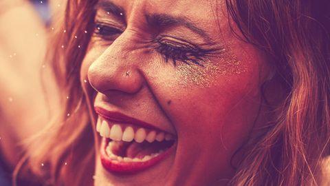 Eine Frau, die sich amüsiert
