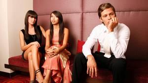 Horror-Date: Ein Mann ist gelangweilt, während sich zwei Frauen unterhalten