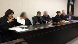 Auf der Anklagebank im Landgericht Stuttgart sitzen die angeklagten Eltern und der Onkel zwischen Anwälten und Dolmetscher