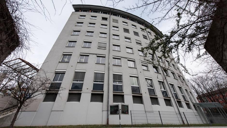Der Sitz des Sozial- und Jugendamtes des Landkreises Breisgau-Hochschwarzwald in Freiburg ist ein weißes, halbrundes Gebäude