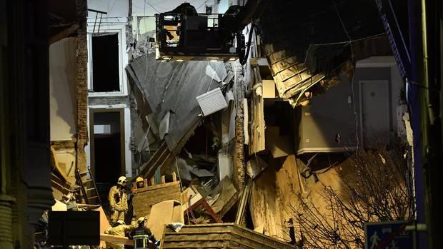 In Antwerpen suchen Feuerwehrleute in den Trümmern eines Hauses nach Überlebenden. Mehrere Gebäude wurden bei einer Explosion am Montagabend zerstört.