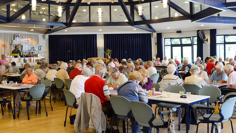 Senioren spielen in einem Seniorenzentrum in Köln Bingo