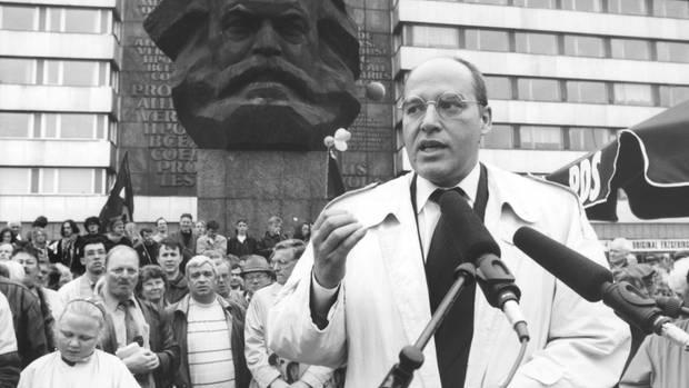 Gregor Gysi spricht vor dem Karl-Marx-Denkmal in Chemnitz