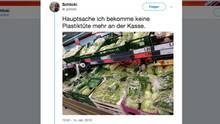 Ein Twitter-Foto zeigt in Plastik verpackte Lebensmittel in einem Supermarkt