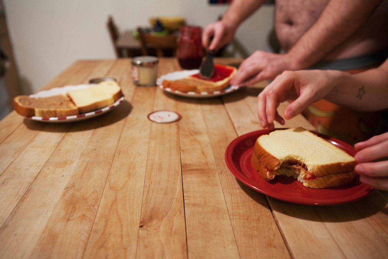 Polyamorie: Brian und Anna machen gemeinsam Sandwiches für ein Date