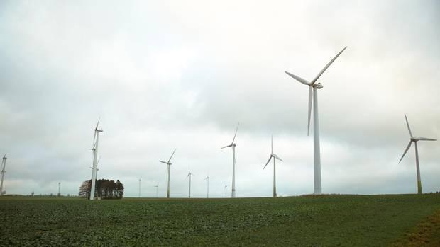 In den Feldern bei Borchen-Dörenhagen stehen die Windräder dicht an dicht