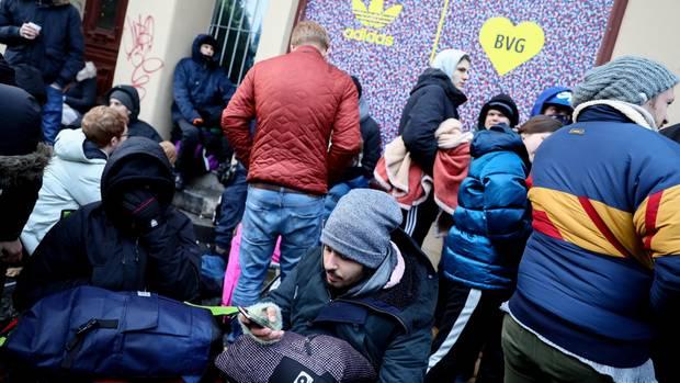 Leute campen vor einem Schuhladen in Berlin. Der Schuh wurde bereits im Vorhinein bei Ebay für 10.000 Dollar angeboten.